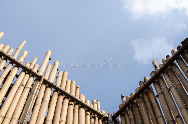 L'angle de quatre-vingt-dix degrés du mur a été fait en bambou images libres de droits