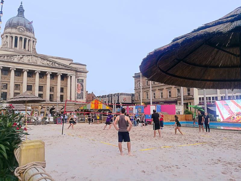 L'Angleterre, volleyball de plage près d'hôtel de ville de Nottingham photographie stock libre de droits
