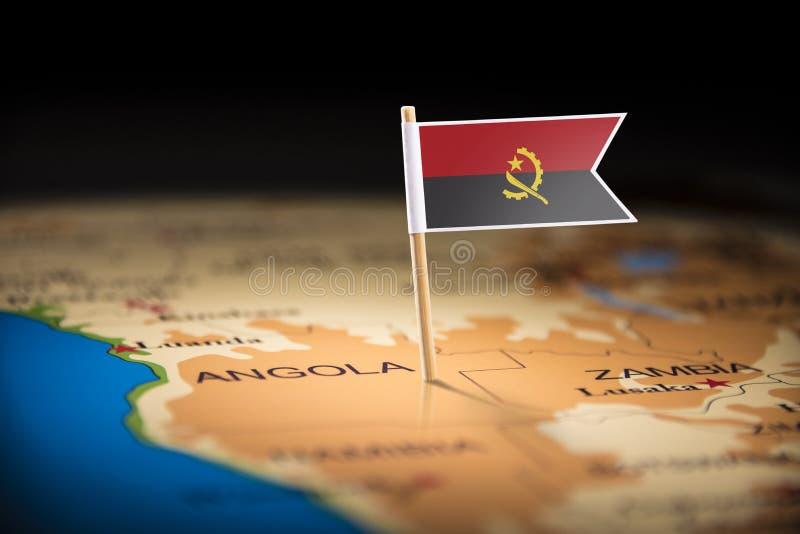 L'Angola a identifié par un drapeau sur la carte photographie stock
