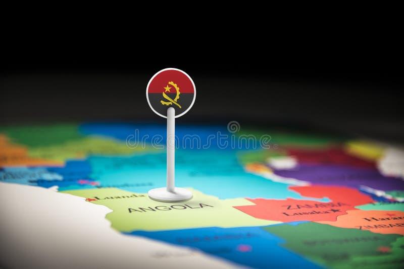 L'Angola a identifié par un drapeau sur la carte image libre de droits