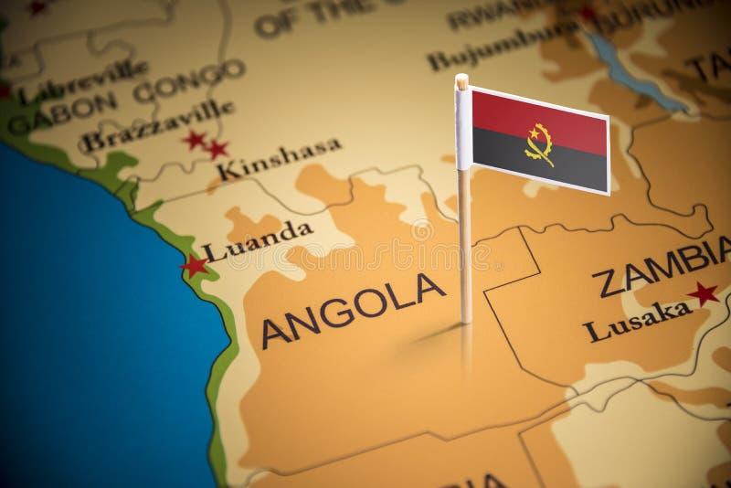L'Angola a identifié par un drapeau sur la carte photos libres de droits