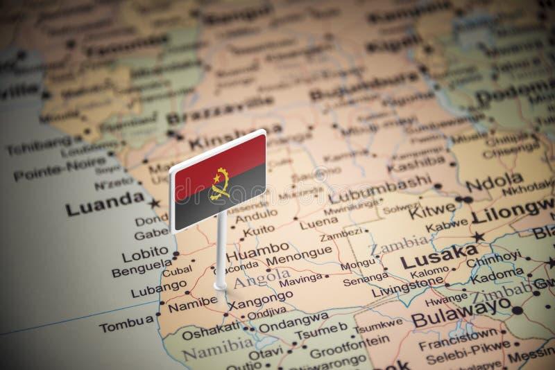 L'Angola a identifié par un drapeau sur la carte images libres de droits