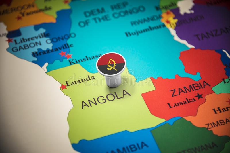 L'Angola a identifié par un drapeau sur la carte images stock
