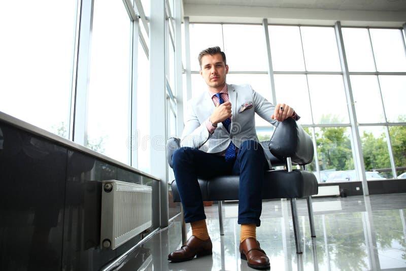 Moda Uomo Ufficio : L angolo basso ha sparato di giovane uomo d affari bello in uno