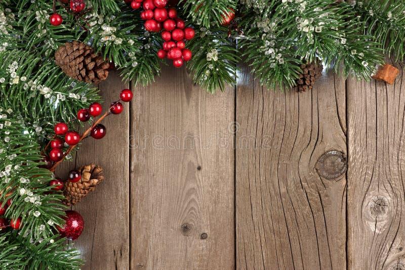 L'angolo del ramo di Natale rasenta il vecchio legno rustico fotografie stock