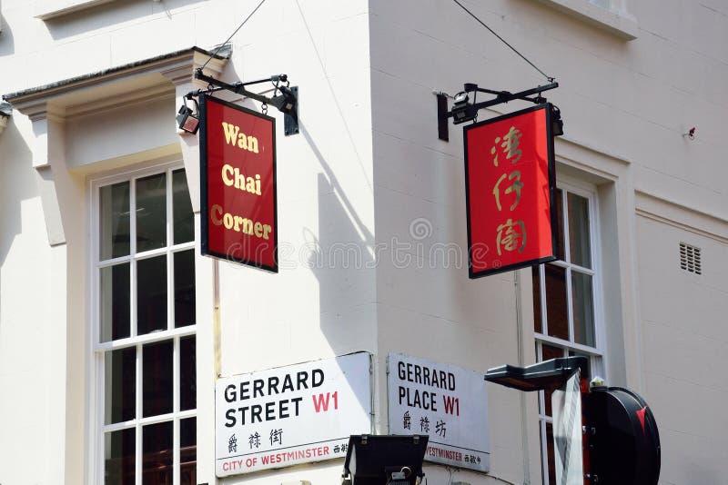 L'angolo di strada firma dentro il centro della città della Cina di Londra immagine stock