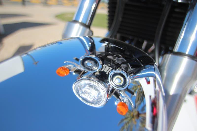 L'angolo ha sparato la bella riflessione di Chrome di estate dei fari giranti d'annata del motociclo su Front Fender fotografia stock libera da diritti