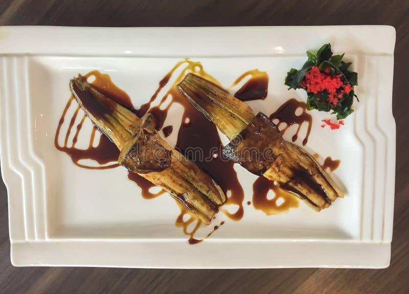 L'anguilla ed i sushi arrostiti giapponesi di foie gras sono servito con la salsa di soia di teriyaki fotografia stock libera da diritti