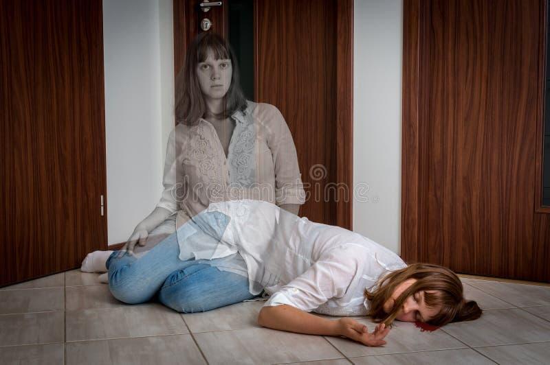 L'anima lascia il corpo dopo la morte del ` s della donna immagini stock