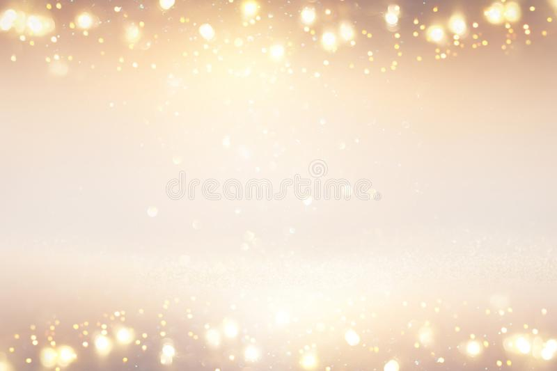L'annata di scintillio accende il fondo argento, oro e bianco de-messo a fuoco fotografia stock