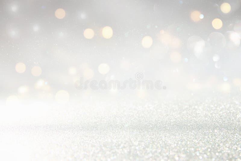 L'annata di scintillio accende il fondo oro d'argento e leggero de-messo a fuoco fotografia stock