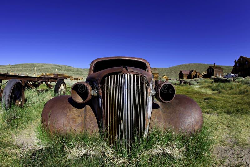 L'annata ha arrugginito vecchia automobile in Bodie la California fotografie stock libere da diritti