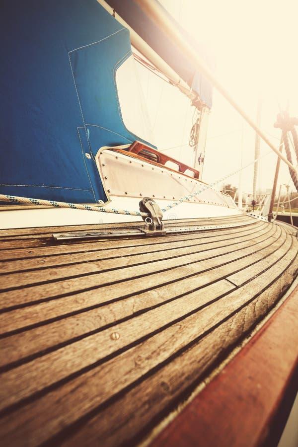 L'annata ha filtrato vicino sull'immagine della piattaforma e del sartiame dell'yacht immagini stock
