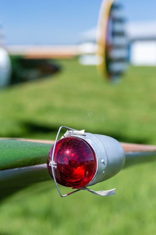 L'annata rossa la luce di navigazione di aviazione di parte di sinistra sull'estremità alare fotografia stock libera da diritti