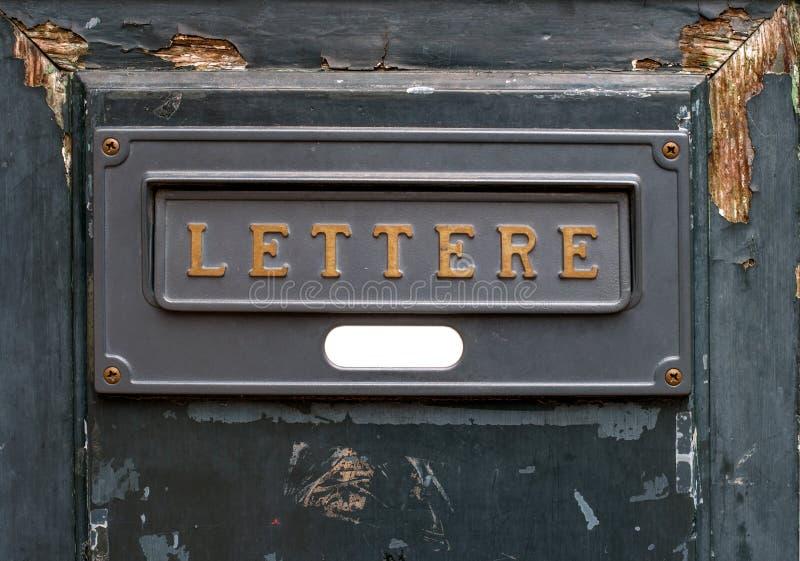 L'annata segna la scanalatura con lettere fotografia stock