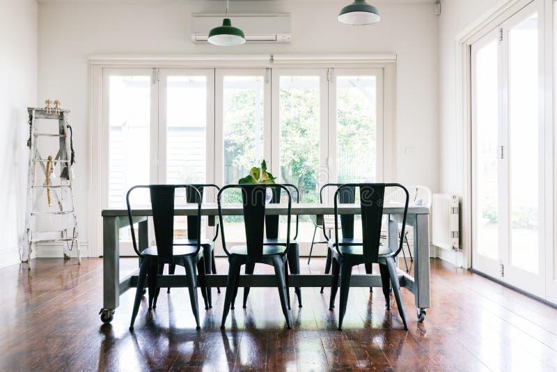 L'annata splendida ha disegnato la sala da pranzo con le porte bifold immagine stock libera da diritti