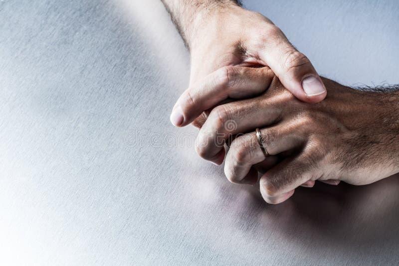 L'anneau de mariage remet le concept de interrogation de l'union, des fiançailles ou des couples images libres de droits