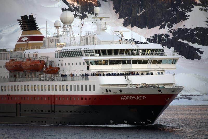 l'Antarctique - bateau de touristes - la Manche de Lamaire image stock