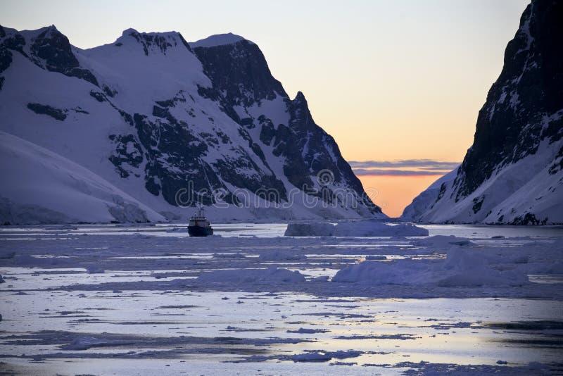l'Antarctique - bateau de touristes - Sun de minuit images stock