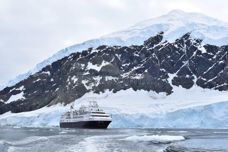 L'Antarctique un paysage étonnant avec un bateau de croisière d'expédition photos stock