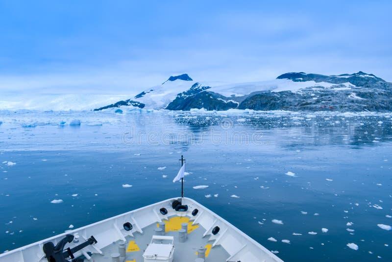 L'Antarctique un paysage étonnant capturé d'un bateau cassant la glace pendant la navigation photos libres de droits
