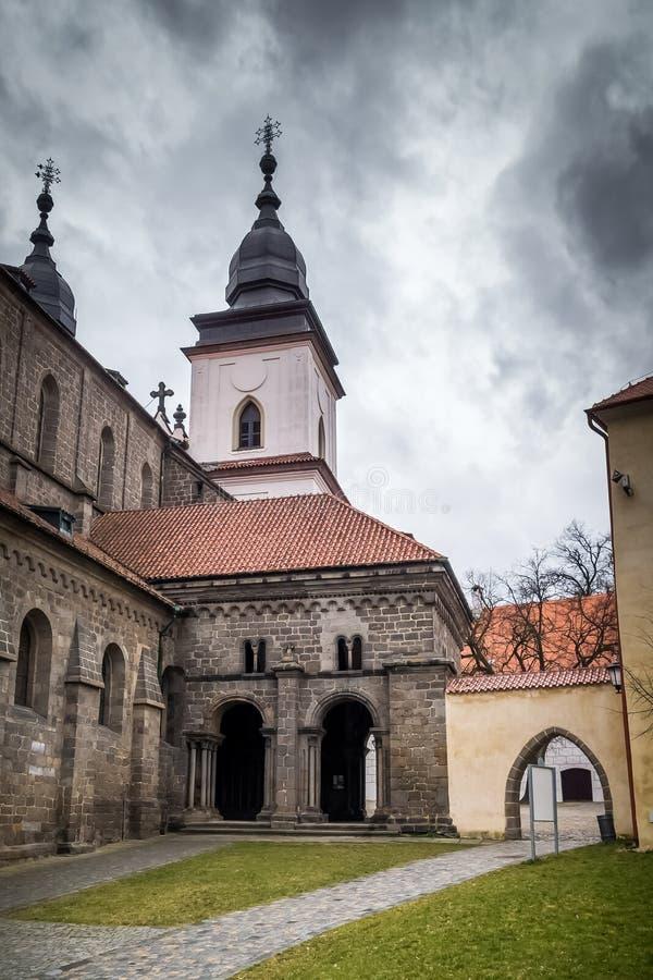 L'antechalember/portail du nord de basilic de St Procopius dans le  de TÅ™ebÃÄ photographie stock libre de droits