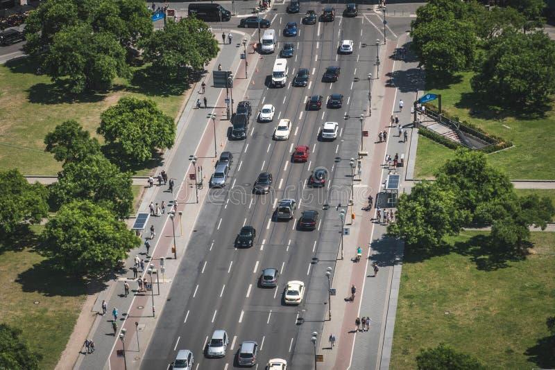 L'antenne de la rue passante et le trottoir trafiquent avec des voitures et des personnes image stock
