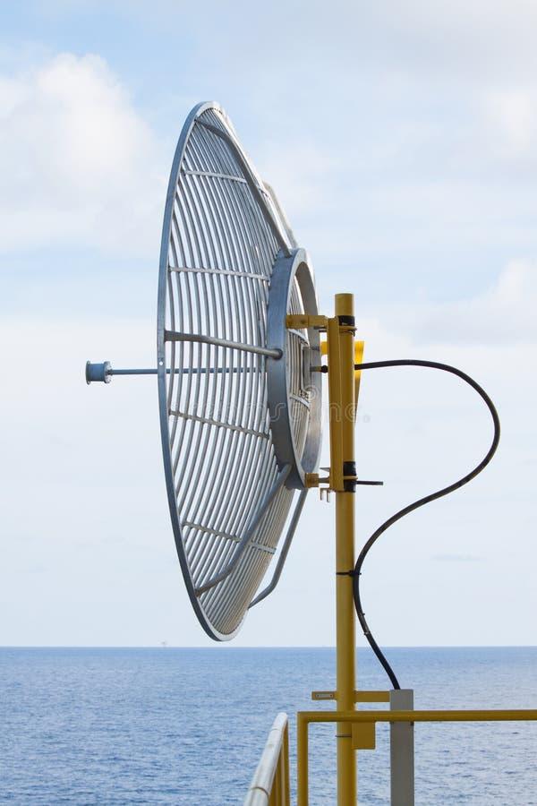 L'antenne parabolique pour la communication dedans en mer, le radiotélescope d'A est une forme d'antenne par radio directionnelle photos stock