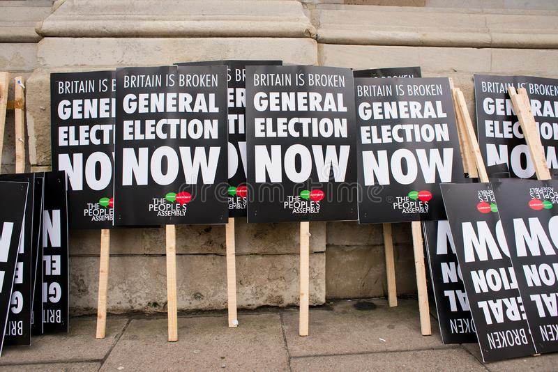 L'anti manifesto di governo visto alla Gran-Bretagna ora è rotto elezione generale/dimostrazione a Londra immagini stock
