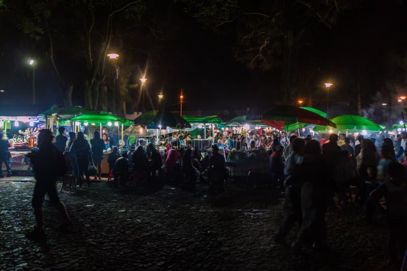 L'ANTIGUA, GUATEMALA - 25 MARS 2016 : Les gens mangent aux stalles de nourriture à l'Antigua Guatemala CIT photo stock
