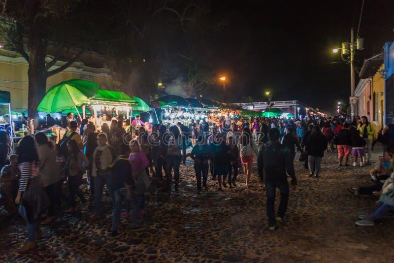 L'ANTIGUA, GUATEMALA - 25 MARS 2016 : Les gens mangent aux stalles de nourriture à l'Antigua Guatemala CIT images stock
