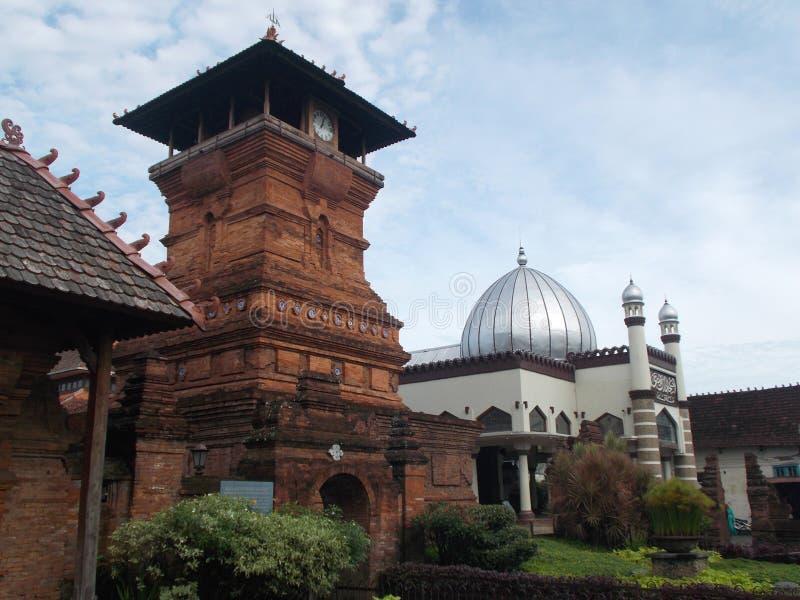 L'antique des minarets et de la mosquée Indonésie de kudus images libres de droits