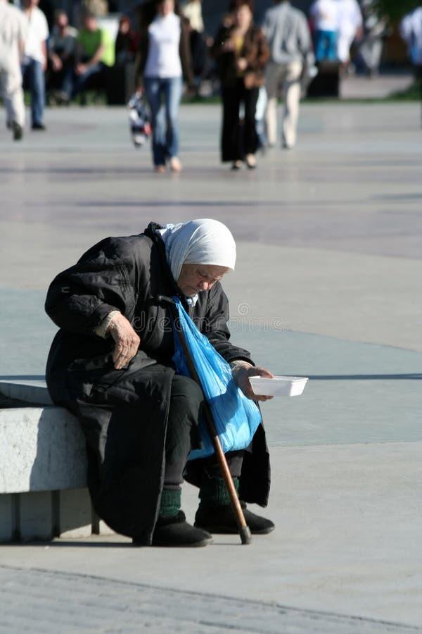 L'anziana povera. fotografia stock