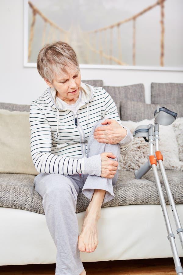 L'anziano con la lesione ha dolore immagini stock
