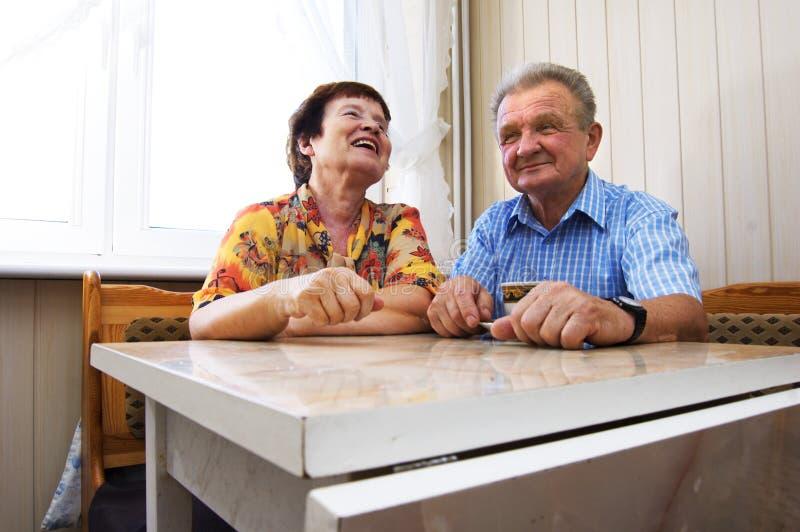 l'anziano felice delle coppie ha sorriso fotografie stock