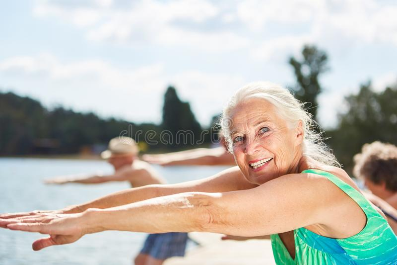 L'anziano vitale fa la ginnastica di forma fisica fotografia stock libera da diritti