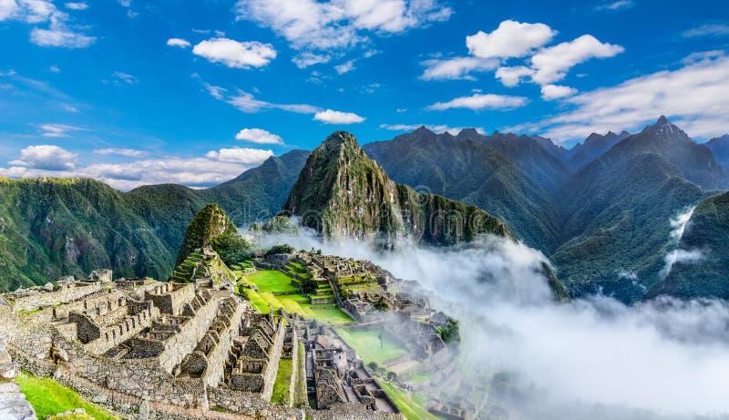 L'aperçu de Machu Picchu, terrasses d'agriculture et le Wayna Picchu font une pointe à l'arrière-plan photo libre de droits