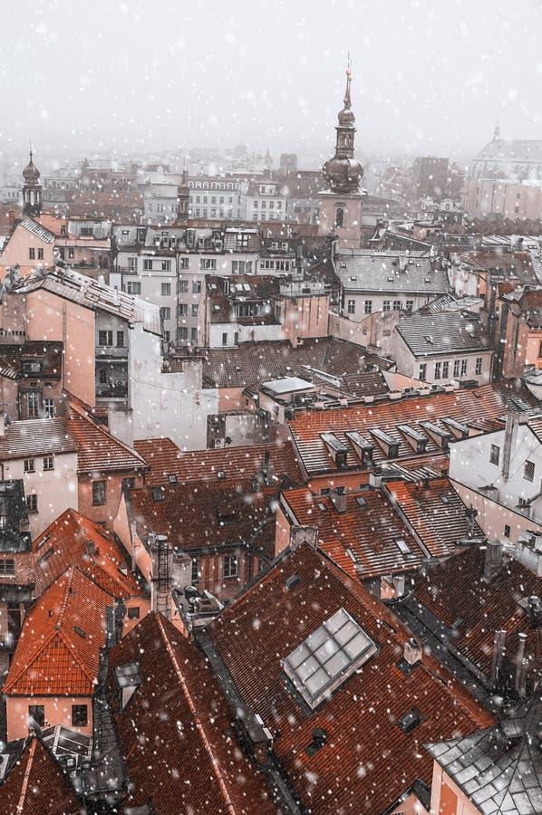 L'aperçu de Prague avec le toit rouge de la tour de la vieille ville Hall Vintage a modifié la tonalité photo libre de droits