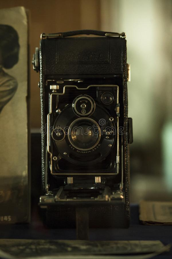 L'appareil-photo antique emploie toujours le film pour enregistrer des photos photo libre de droits