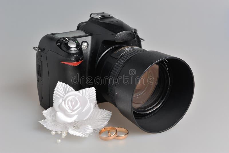 L'appareil-photo de photo, épousant le boutonniere, sonne sur le gris images libres de droits