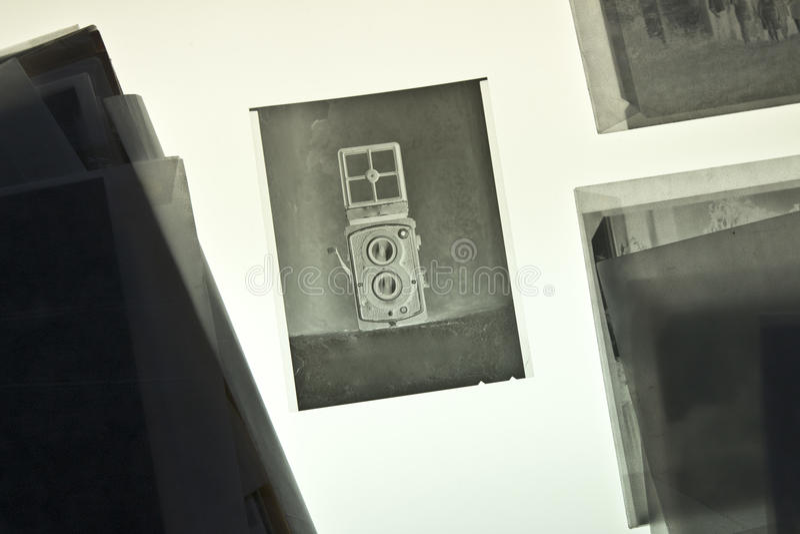 L'appareil-photo réflexe de Jumeau-lentille sur le matériel négatif photo libre de droits