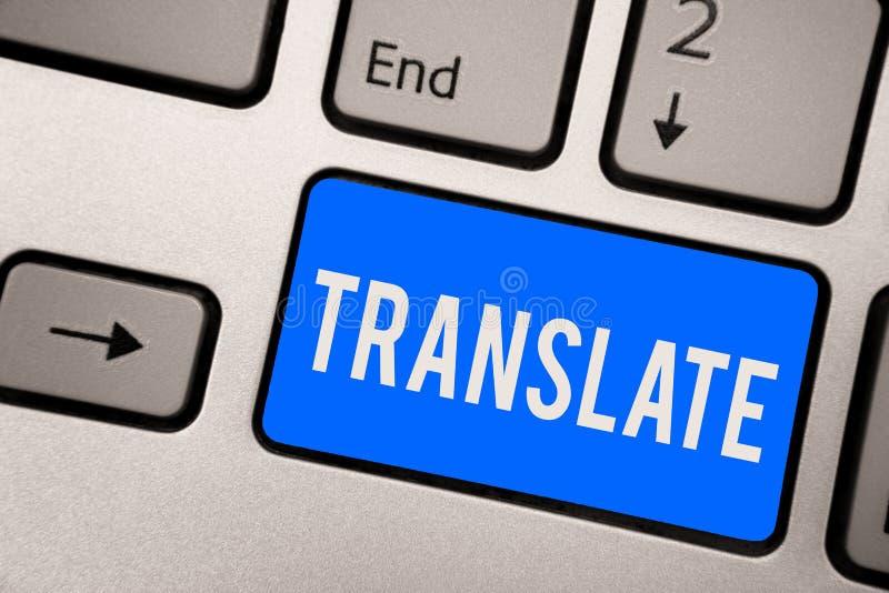 L'apparence de signe des textes traduisent Photo conceptuelle un autre mot avec la même signification équivalente d'une clé bleue images libres de droits