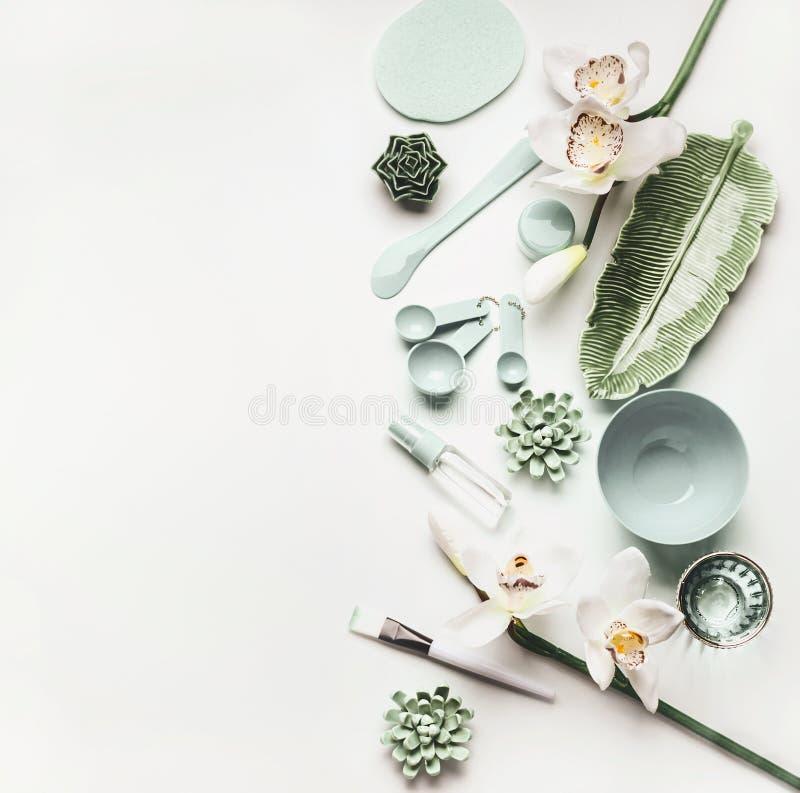 L'appartement cosmétique moderne de soins de la peau étendent l'arrangement avec des outils et des accessoires pour la fabricatio photos libres de droits