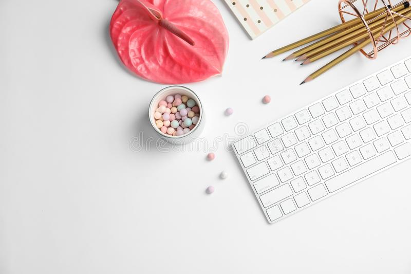L'appartement créatif étendent la composition avec le clavier tropical de fleur, de papeterie et d'ordinateur photos libres de droits