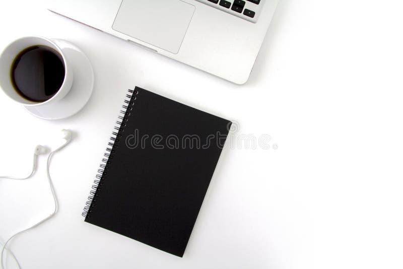 L'appartement créatif étendent la photo du bureau d'espace de travail avec l'ordinateur portable, images libres de droits