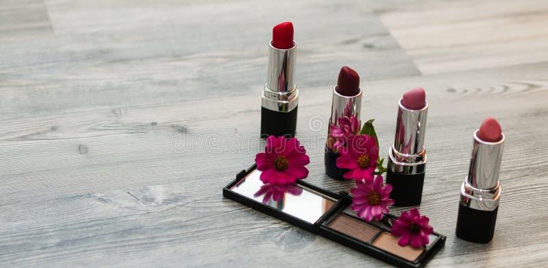 L'appartement décoratif étendent la composition avec des cosmétiques et les fleurs de femme La configuration plate, vue supérieur photos libres de droits
