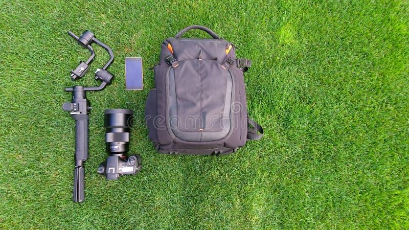 L'appartement de caméra et de matériel vidéo s'étendent sur l'herbe photo libre de droits