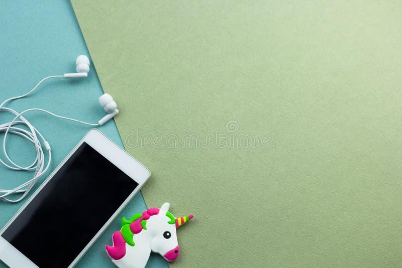 l'appartement de smartphone s'étendent sur un fond vert et bleu photo libre de droits