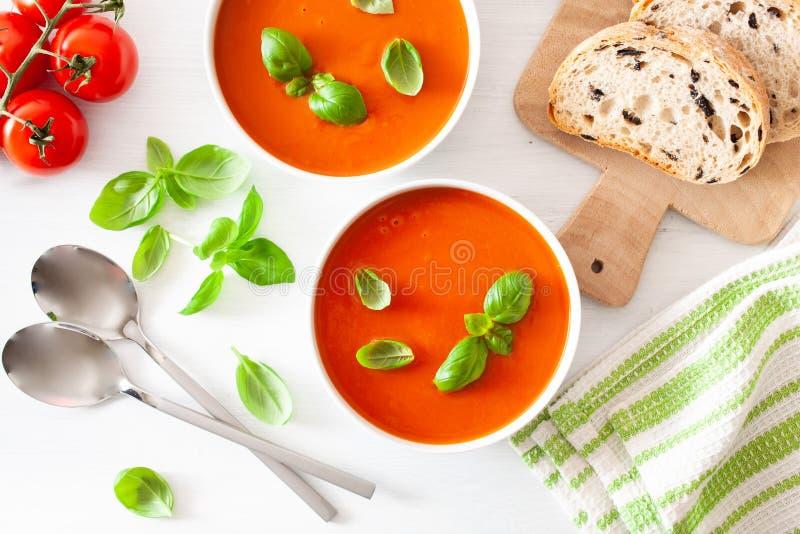 L'appartement de soupe ? tomate s'?tendent sur le fond blanc photo stock