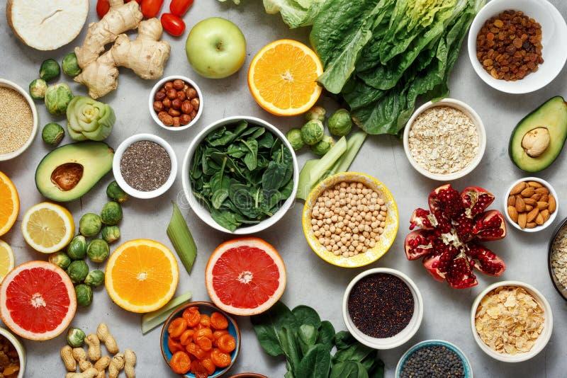 L'appartement de vue supérieure étendent différents ingrédients végétariens faisant cuire le healt photographie stock